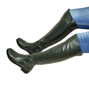 Зеленые ботфорты женские кожаные, на низком ходу