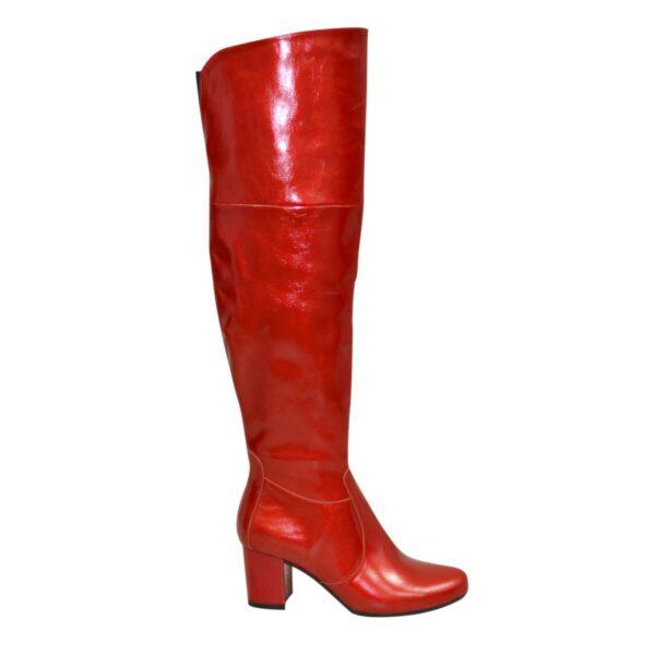 Красные лаковые демисезонные ботфорты на каблуке