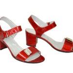 Женские лаковые красные босоножки на невысоком каблуке, декорированы фурнитурой