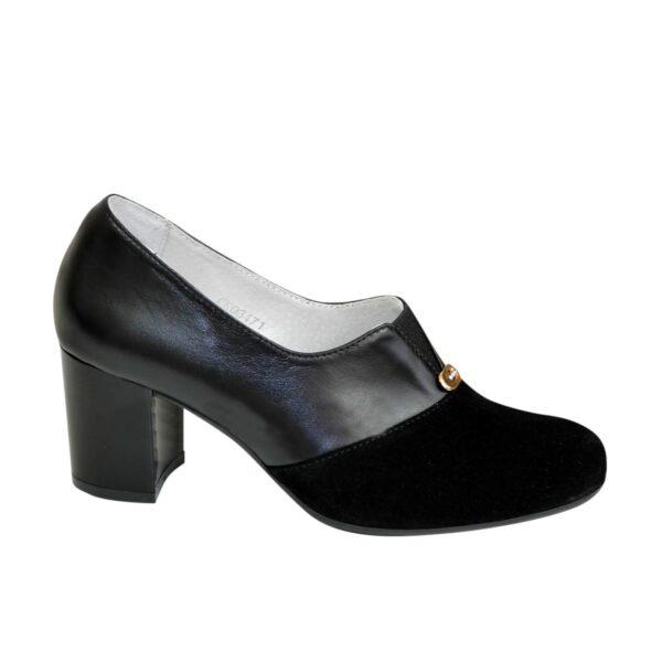 Женские классические черные туфли на каблуке, декорированы фурнитурой