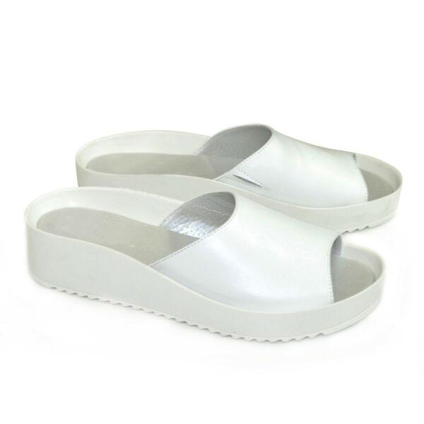 Женские кожаные шлепанцы на утолщенной белой подошве