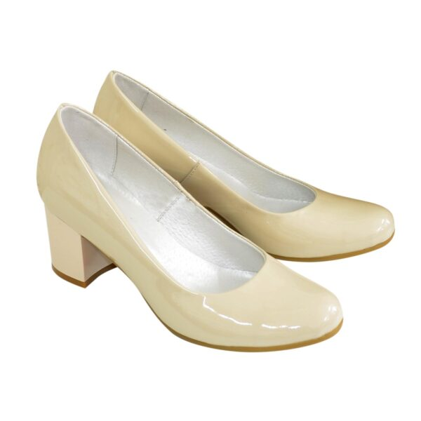 Женские бежевые лаковые туфли на невысоком устойчивом каблуке