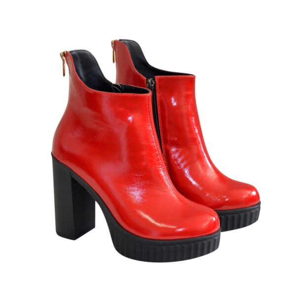 Ботинки лаковые женские демисезонные на высоком каблуке, декорированы молнией