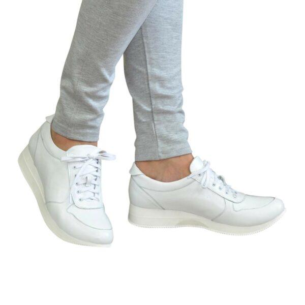 Стильные кожаные кроссовки женские на шнуровке, цвет белый
