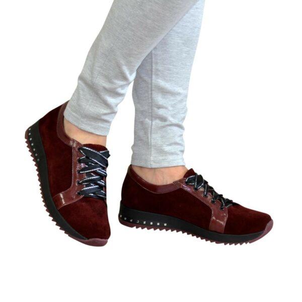 Женские замшевые кроссовки бордового цвета, декорированы кожаными вставками