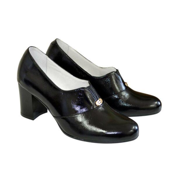 Женские классические лаковые туфли на каблуке, декорированы фурнитурой