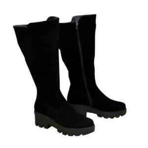 Женские замшевые черные сапоги с широким голенищем-баталы на утолщенной тракторной подошве