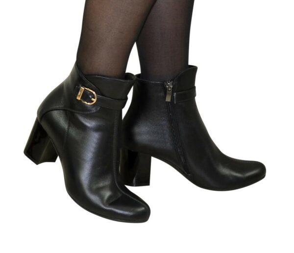 Женские кожаные черные демисезонные ботинки на невысоком каблуке