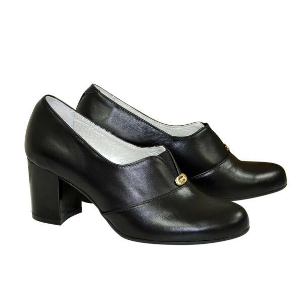 Женские классические кожаные туфли на каблуке, декорированы фурнитурой