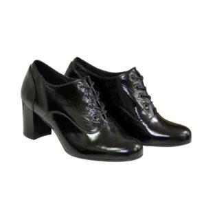 Туфли женские закрытые кожаные лаковые черного цвета на удобном не высоком каблуке