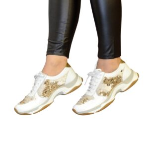 Яркие женские кожаные кроссовки на шнуровке, декорированы пайетками бело-золотого цвета