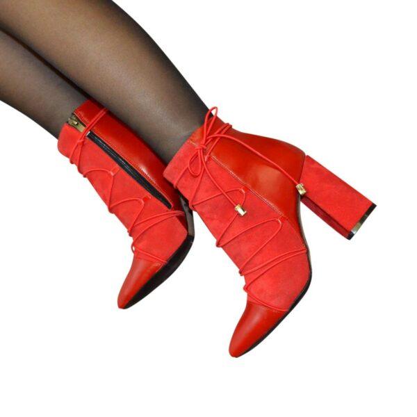 Ботинки демисезонные комбинированные на высоком устойчивом каблуке, декорированы резинкой
