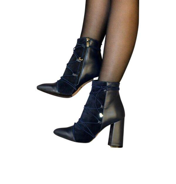 Ботинки демисезонные на высоком устойчивом каблуке, декорированы резинкой, цвет синий