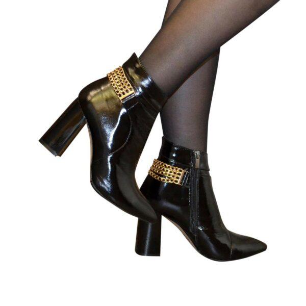 Ботинки лаковые женские демисезонные на высоком устойчивом каблуке, декорированы цепью