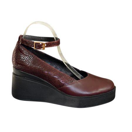 Женские туфли  на танкетке из замши бордового цвета