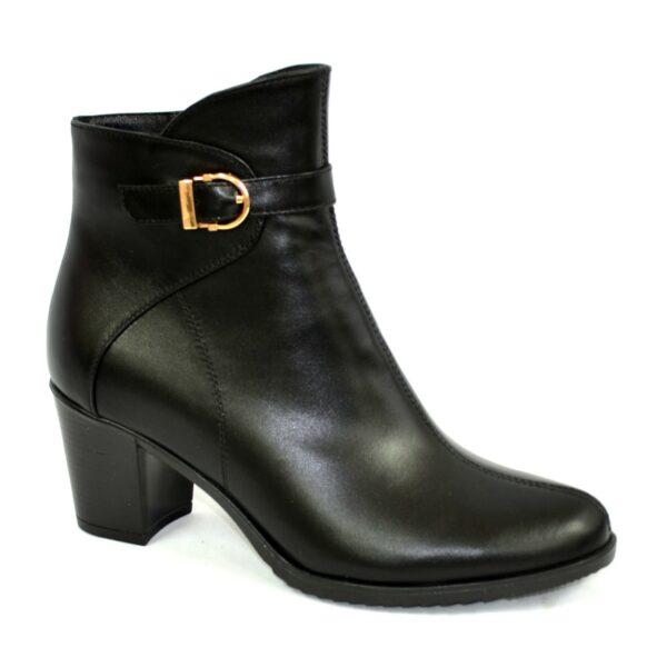 Кожаные женские демисезонные ботинки на невысоком каблуке, декорированы ремешком