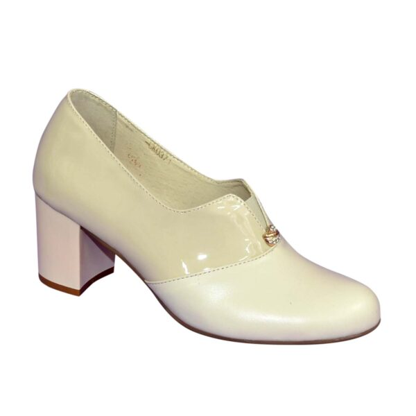 Женские классические бежевые туфли на каблуке, декорированы фурнитурой