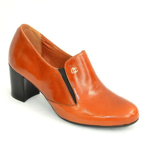 Кожаные рыжие женские туфли на невысоком каблуке, декорированы фурнитурой