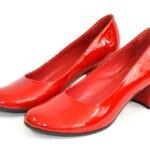 Женские красные лаковые туфли на невысоком устойчивом каблуке