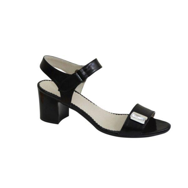 Женские лаковые черные босоножки на невысоком каблуке, декорированы фурнитурой