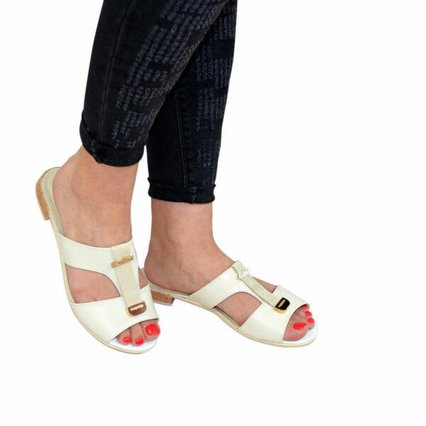Женские кожаные шлепанцы на низком каблуке, декорированы фурнитурой