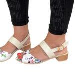 Стильные кожаные женские босоножки, с цветочным принтом, на маленьком каблуке