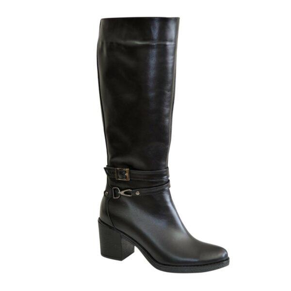 Женские демисезонные черные кожаные сапоги на устойчивом каблуке, декорированы ремешками
