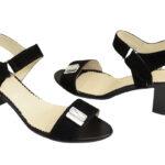 Женские замшевые черные босоножки на невысоком каблуке, декорированы фурнитурой