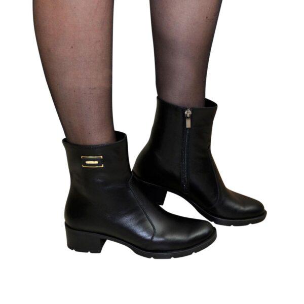 Женские кожаные зимние ботинки на невысоком устойчивом каблуке, декорированы фурнитурой
