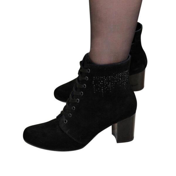 Ботинки женские замшевые зимние на устойчивом каблуке, декорированы накаткой камней