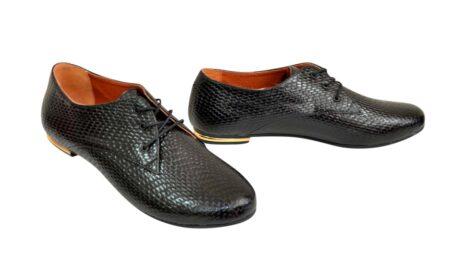 Женские туфли на низком ходу из черного питона, на шнуровке