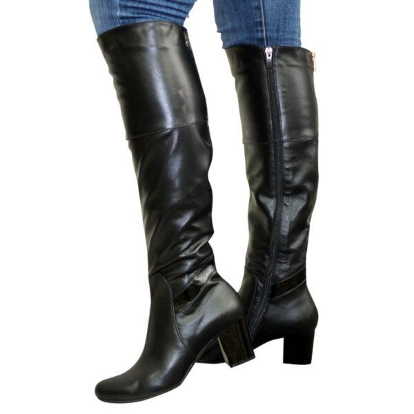 Ботфорты черные кожаные демисезонные на устойчивом каблуке, декорированы лаковой вставкой