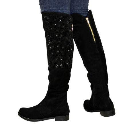 Женски замшевые ботфорты черного цвета на низком ходу, декорированы камнями