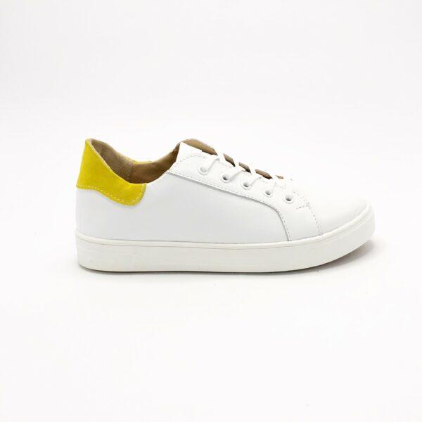 Стильные женские кроссовки из натуральной белой кожи со вставкой из желтого замша