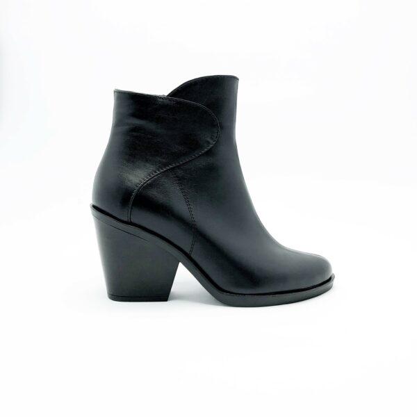 Женские ботинки казаки кожаные черного цвета