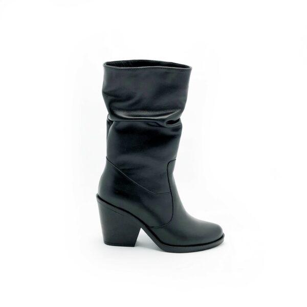 Короткие женские сапоги казаки черные кожаные гармошкой