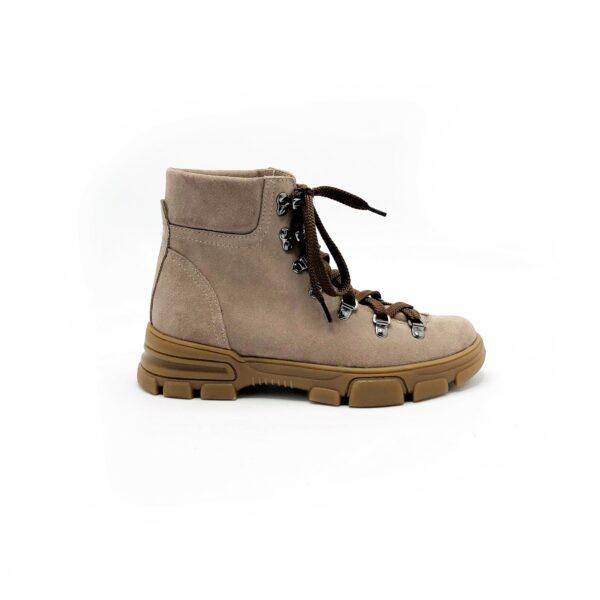 Стильные женские замшевые ботинки зима осень на тракторной подошве. цвет пудра