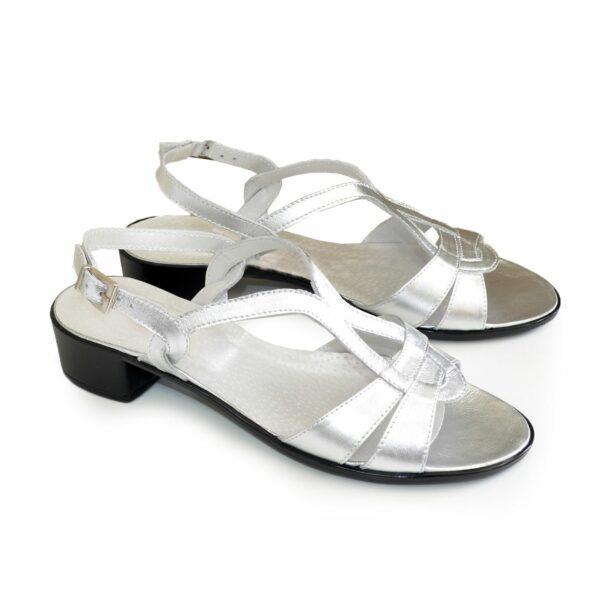 Женские кожаные босоножки на невысоком каблуке, цвет серебро