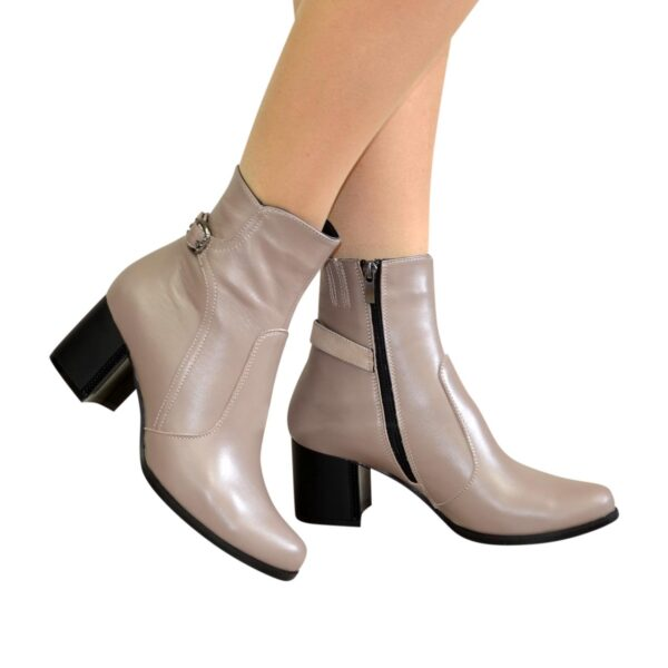 Ботинки кожаные демисезонные на невысоком каблуке, декорированы ремешком