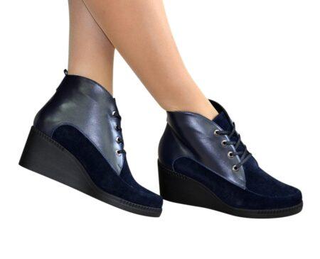 Ботинки женские демисезонные на танкетке, из натуральной кожи и замши синего цвета