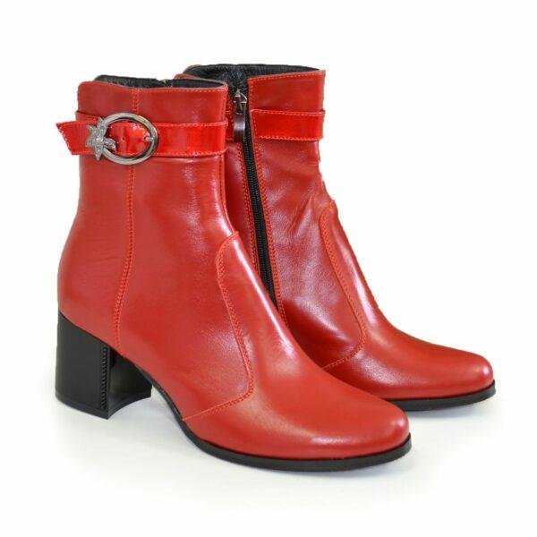 Ботинки зимние кожаные на невысоком каблуке, декорированы лаковым ремешком