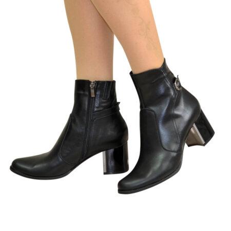 Ботинки женские зимние черные кожаные на невысоком каблуке, декорированы ремешком