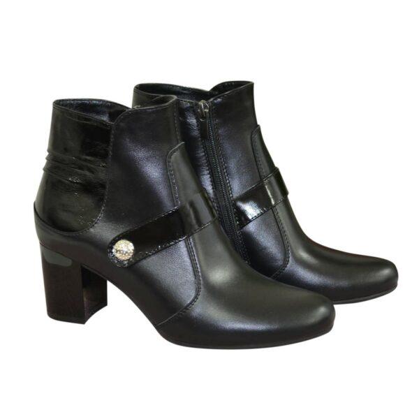 Женские демисезонные полуботинки на невысоком каблуке, натуральная кожа и лак черного цвета