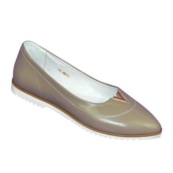 Женские кожаные туфли с заостренным носком, декорированы фурнитурой