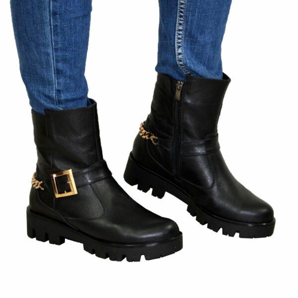Кожаные женские демисезонные ботинки на тракторной подошве, декорированы цепью и ремешком