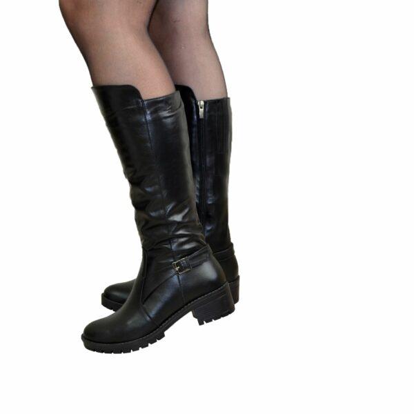 Женские сапоги кожаные на невысоком каблуке, декорированы ремешком
