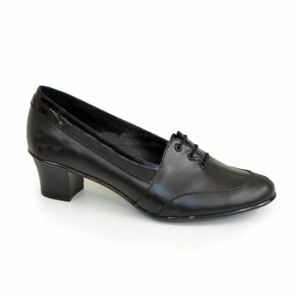 Женские кожаные туфли на невысоком каблуке, декорированы шнуровкой