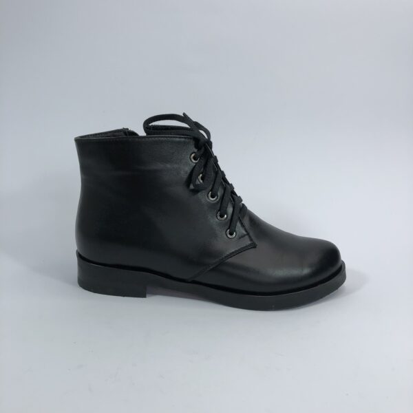 Женские кожаные ботинки черного цвета на низком ходу