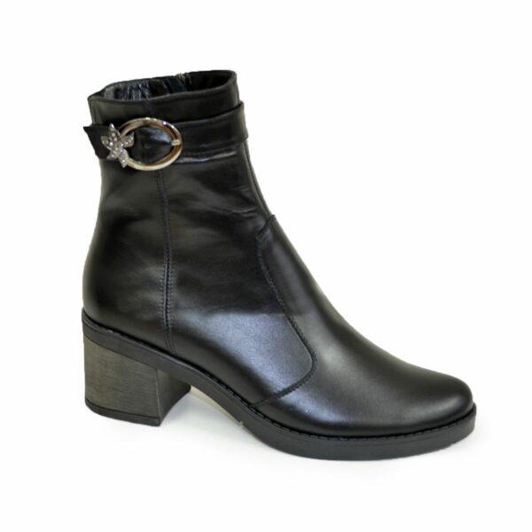 Ботинки черные женские кожаные зимние, декорированы ремешком