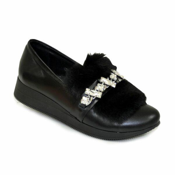 Женские черные кожаные туфли, декорированы мехом с фурнитурой
